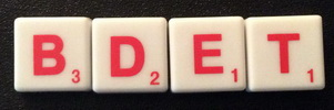 SCRABBLE tile style IS01R White tile with red letter